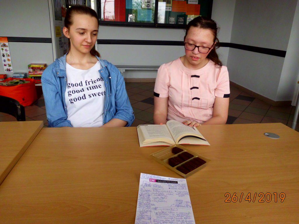 Piątkowe spotkanie młodzieżowego Dyskusyjnego Klubu Książki odbyło się w atmosferze prawdziwie baśniowej, albowiem książka Czerwone jak krew, która była przedmiotem dyskusji, odnosi się do tej konwencji niemal na każdym poziomie konstrukcyjnym. Począwszy od motta dla powieści, zaczerpniętego z baśni o Królewnie Śnieżce, przez imię głównej bohaterki (Lummiki to po fińsku Śnieżka), kolorystykę i tytuł książki, na odniesieniach fabularnych skończywszy. Wśród uczestniczek spotkania pojawiło się kilka uwag odnośnie konstrukcji fabuły i następujących po sobie wydarzeń, ale w ogólnej ocenie książka wypadła dobrze i może być polecana do czytania. Czerwone jak krew to młodzieżowy kryminał, który jest całkiem zgrabnie zbudowany, a fabuła i postacie bandytów nie są przesadzone i mieszczą się jeszcze w logice świata przedstawionego, w którym to nastolatkowie zostają wmieszani w brudne interesy policjanta oraz miejscowej mafii. Wspomniana już baśniowość przejawia się nie tylko na przyjęciu u Białego Niedźwiedzia, ale i w bajkowej scenerii zabójstwa, w zgubionym pantoflu i wyjściu z przyjęcia przed północą, czy też w aluzji do Śnieżki leżącej w szklanej trumnie oraz do przemiany z brzydkiego kaczątka w piękną kobietę. Tym, co chyba zachwyca najbardziej, jest jednak konstrukcja głównej bohaterki, która została zbudowana na wzór rasowych kryminałów dla dorosłych: jest typem odmieńca i outsidera, który nosi w sobie głęboką ranę oraz tajemnicę intrygującą każdego czytelnika. Zapraszamy do przeczytania!